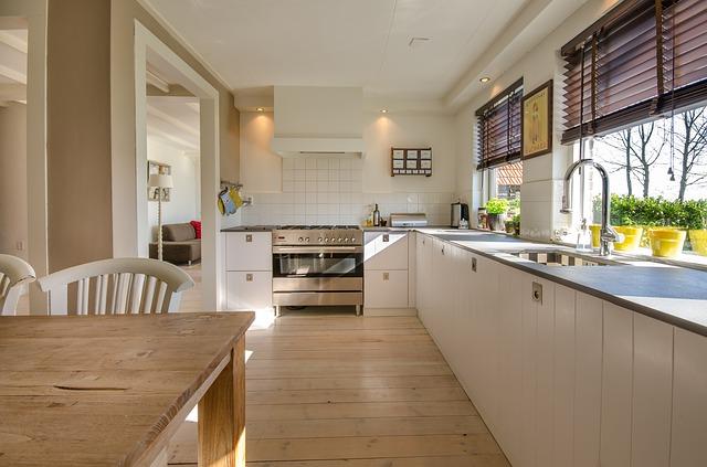 dvě okna v kuchyni