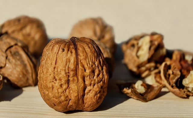 rozlousknuté ořechy