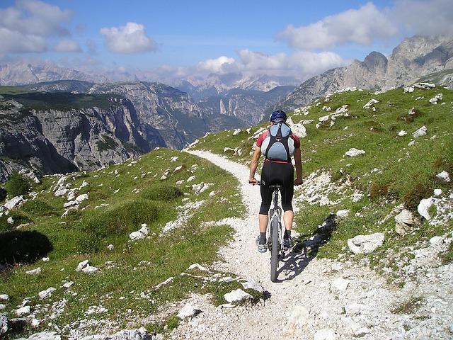 muž na kole na horách